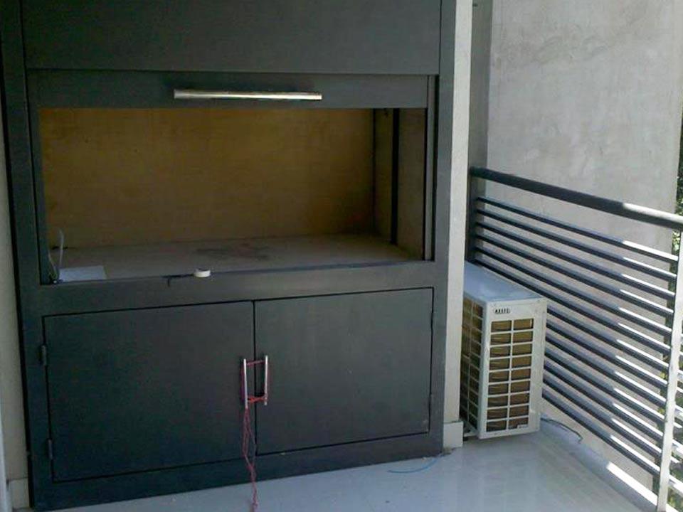 Cerramiento puerta guillotina para parrilla en balcón